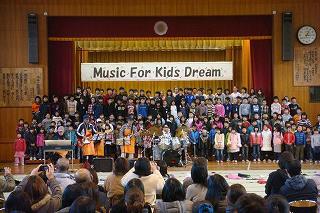 佐藤尋宣と合唱する子供たち