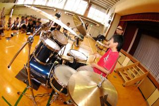 ドラム体験中の学生