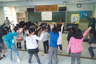 佐藤尋宣とミュージックセッションをする小学生