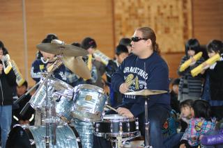 佐藤尋宣とミュージックセッションをしている小学生